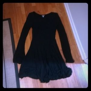 Cute black flowy long sleeved dress